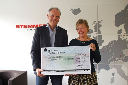 Christof Zollitsch presented the cheque to Ingeborg de Werth from the Wilhelm-Stemmer-Stiftung