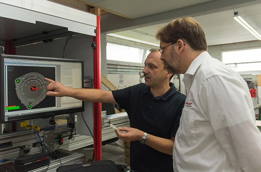Case study - Lutz GmbH: Experts discussing components