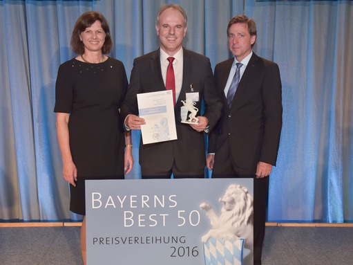 Bavarians Best 50: Managing Director Christof Zollitsch receiving the porcelain Bavarian lion (© Studio SX HEUSER)