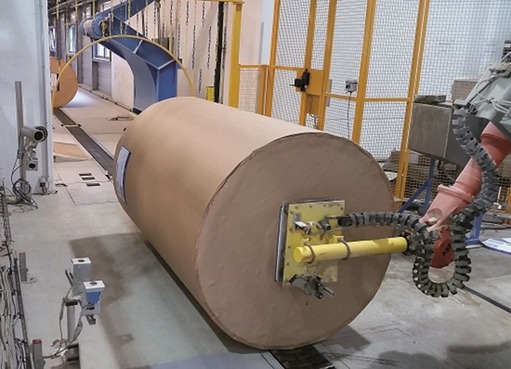 Roptec machine vision systems (on the left side of the image) inspect the up to 5,000 kg heavy paper rolls for transportation and handling damages and read the labels on the rolls before they reach the printing machines.